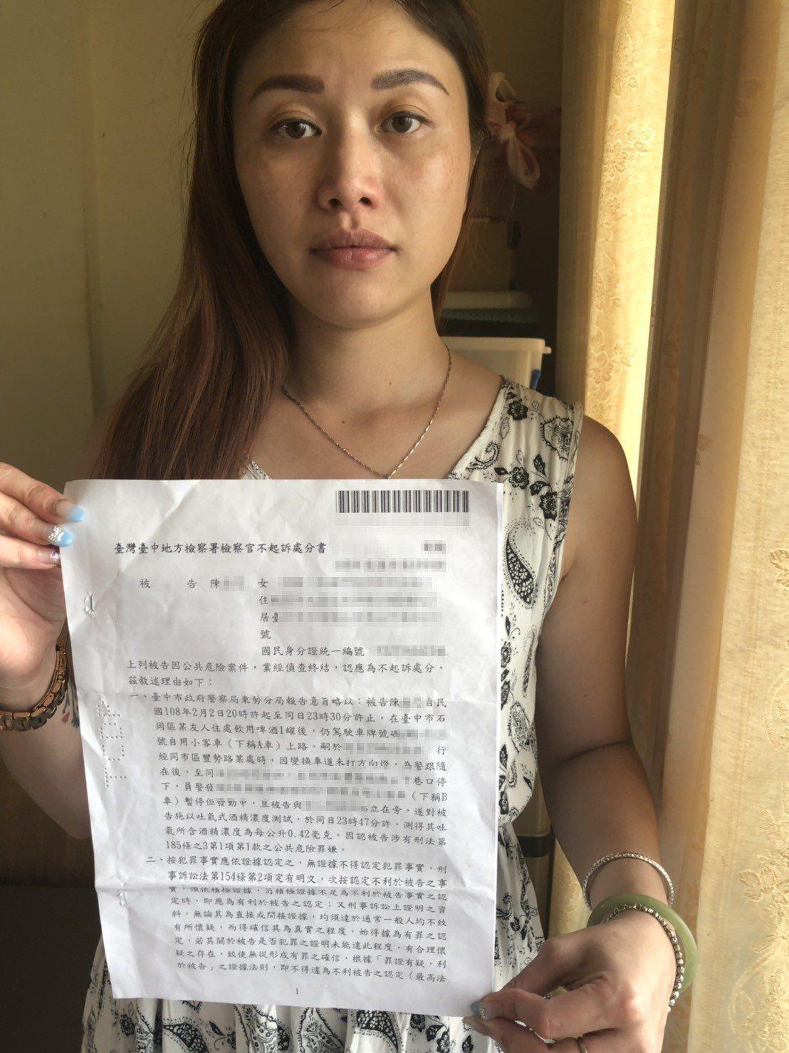 陳小姐出示她遭移送的公共危嫌案,獲地檢署不起訴處分。圖/陳小姐提供