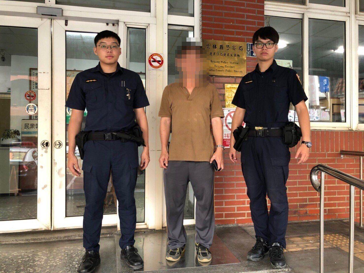 陳姓男子(中)遭受騙差點要透過超商代碼繳費匯款5千給詐騙集團。記者李京昇/翻攝
