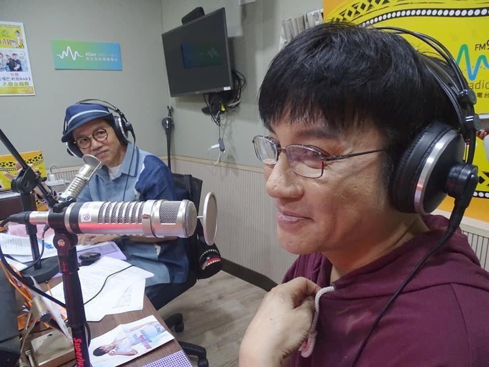 陳凱倫(左)曾在主持的電台節目訪問江明學。圖/摘自臉書