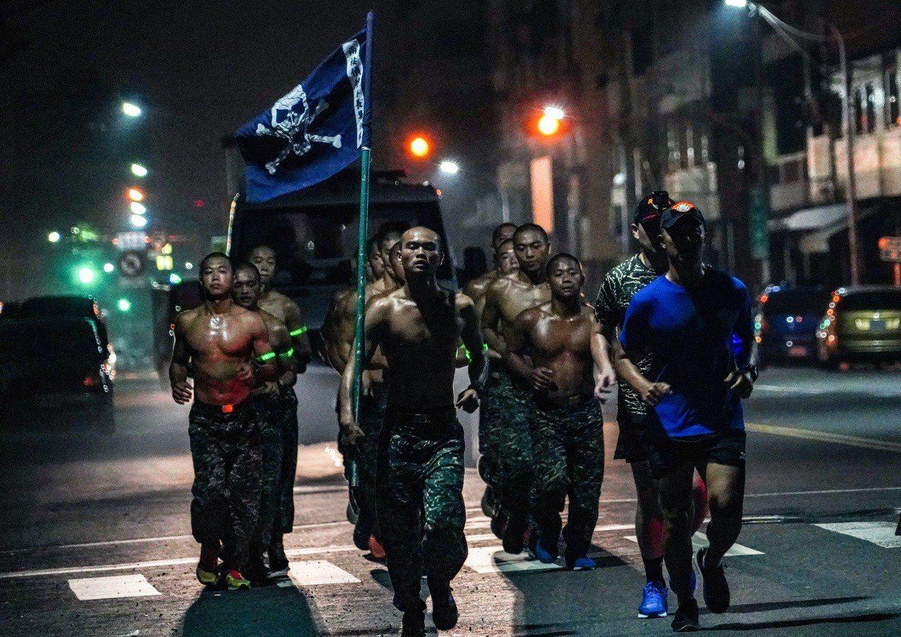 許明忠的得獎照片「Training」。圖/海軍提供