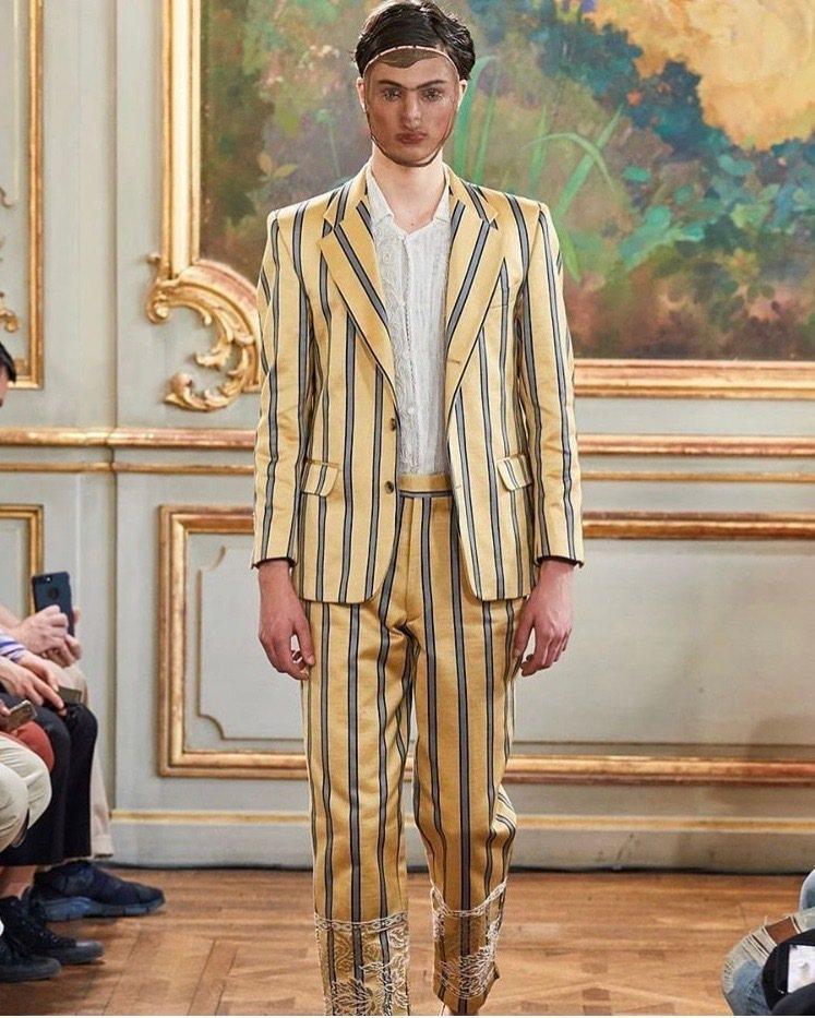 西裝的條文布料是重新仿造20年代巴黎骨董窗簾而成。圖/取自IG