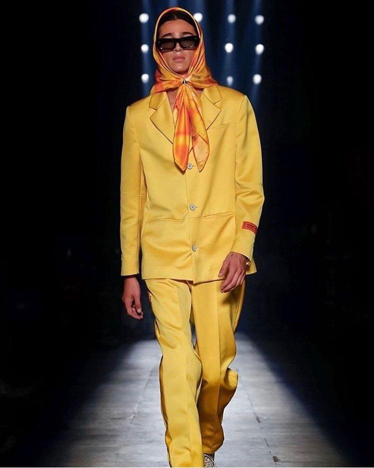 Heron Preston本季有許多套服裝都搭配絲巾一起穿著。圖/取自IG