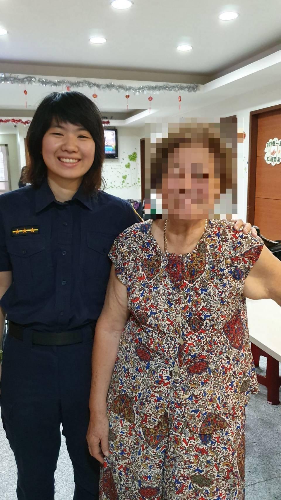 警方順利送老婦返家。記者廖炳棋/翻攝