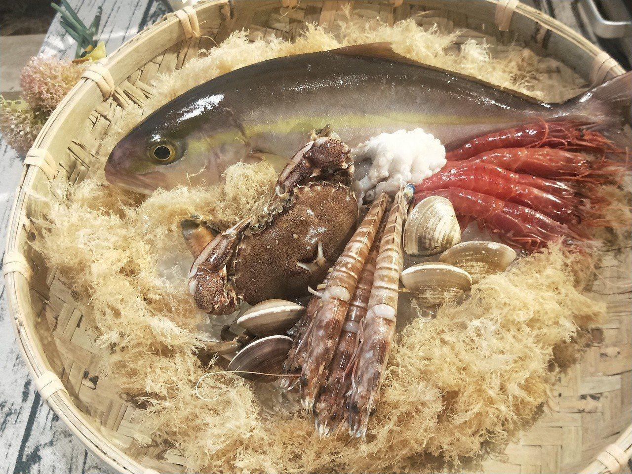 基隆市政府舉辦的「基隆特色美食節」今天起跑,市長林右昌當起美食特派員,邀請民眾夏...