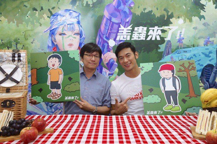 外景達人亮哲(右)與疾管署防疫醫師林詠青(左)透過「恙蟲來了」主題直播,一同分享...