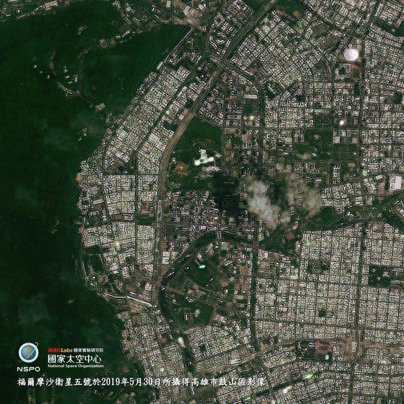 福衛五號5月30日拍攝的鼓山高中排字,放大此圖,「FS7」三字清晰可見。圖/國研院太空中心提供
