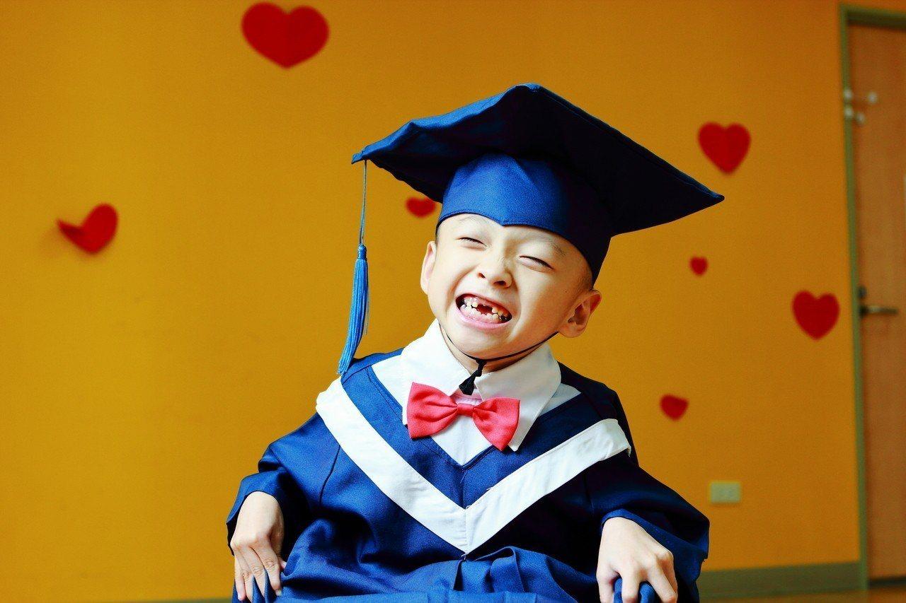 阿邦從心路基金會「畢業」,即將順利就讀國小,讓周遭每個愛他的人都很感動。圖/心路...