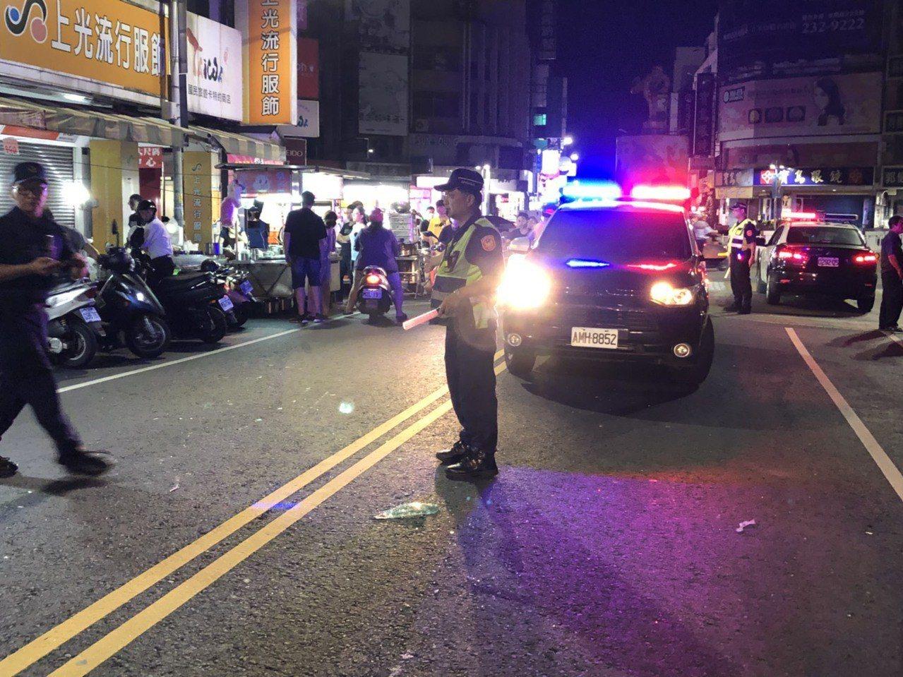 嘉義市北門派出所林姓巡佐今天凌晨在文化路圓環盤查一輛可疑轎車,遭衝撞受傷,警方隨...