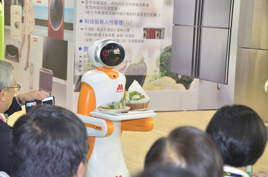 東元在國際食品展展示送餐機器人,相當吸睛。圖/東元提供