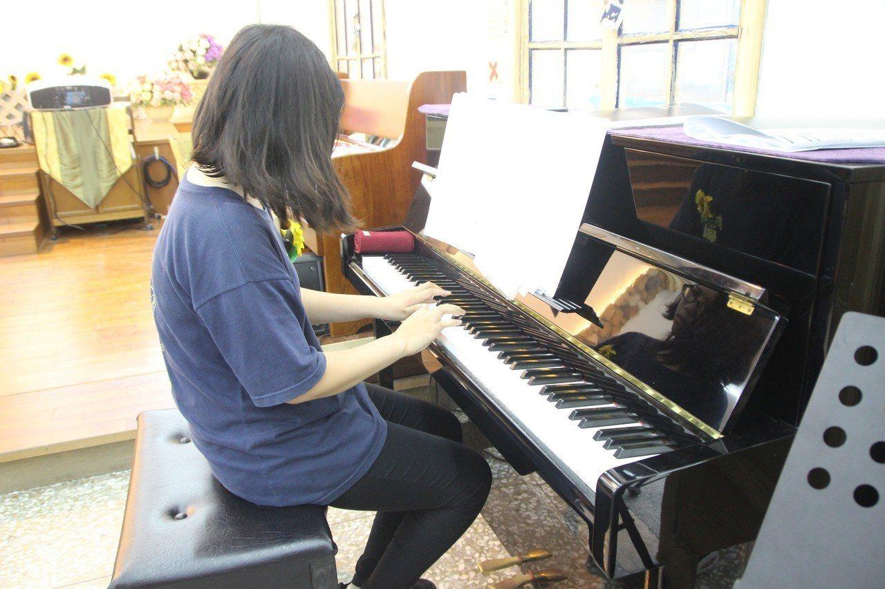 畢業生小佳今天鋼琴表演,展現學習成果。記者林敬家/攝影
