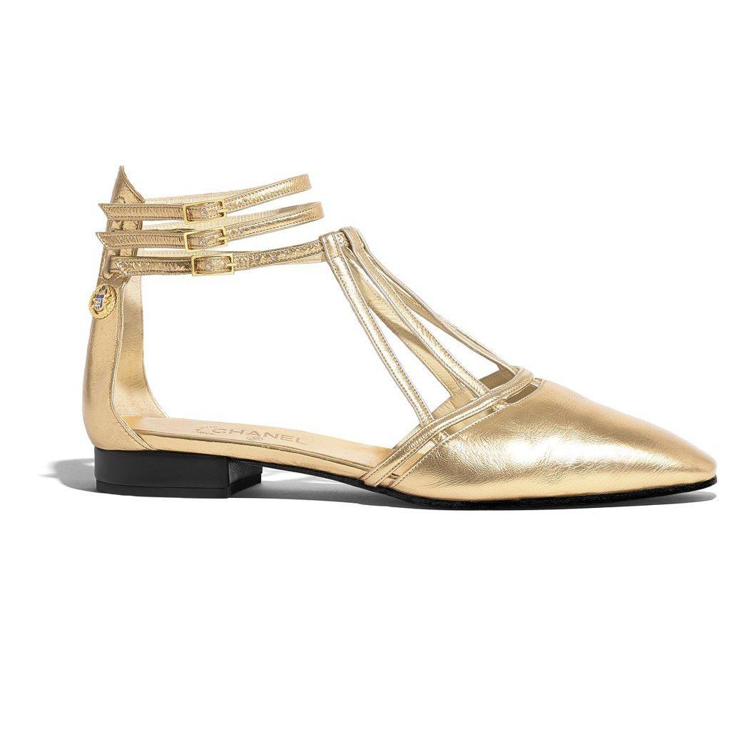 金色繫帶低跟涼鞋,38,600元。圖/香奈兒提供
