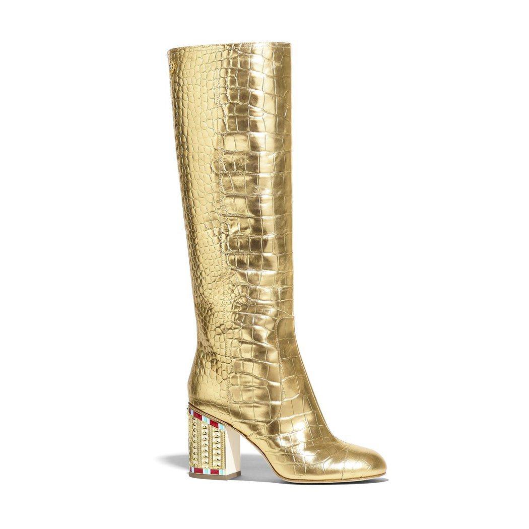 金色鱷魚皮革壓紋鑲飾鞋跟高筒靴,84,500元。圖/香奈兒提供