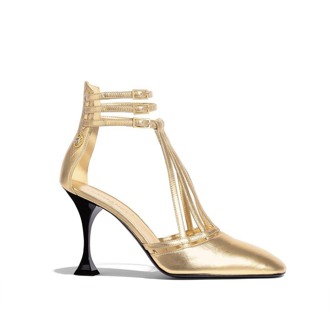 金色繫帶高跟涼鞋,44,100元。圖/香奈兒提供
