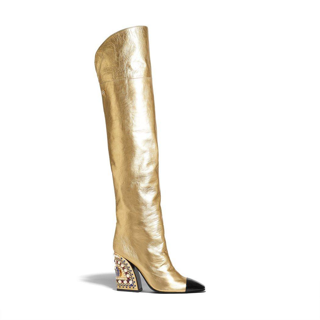 金色皮革紅藍色黃金聖甲蟲鑲飾鞋跟及膝靴,18萬3,800元。圖/香奈兒提供