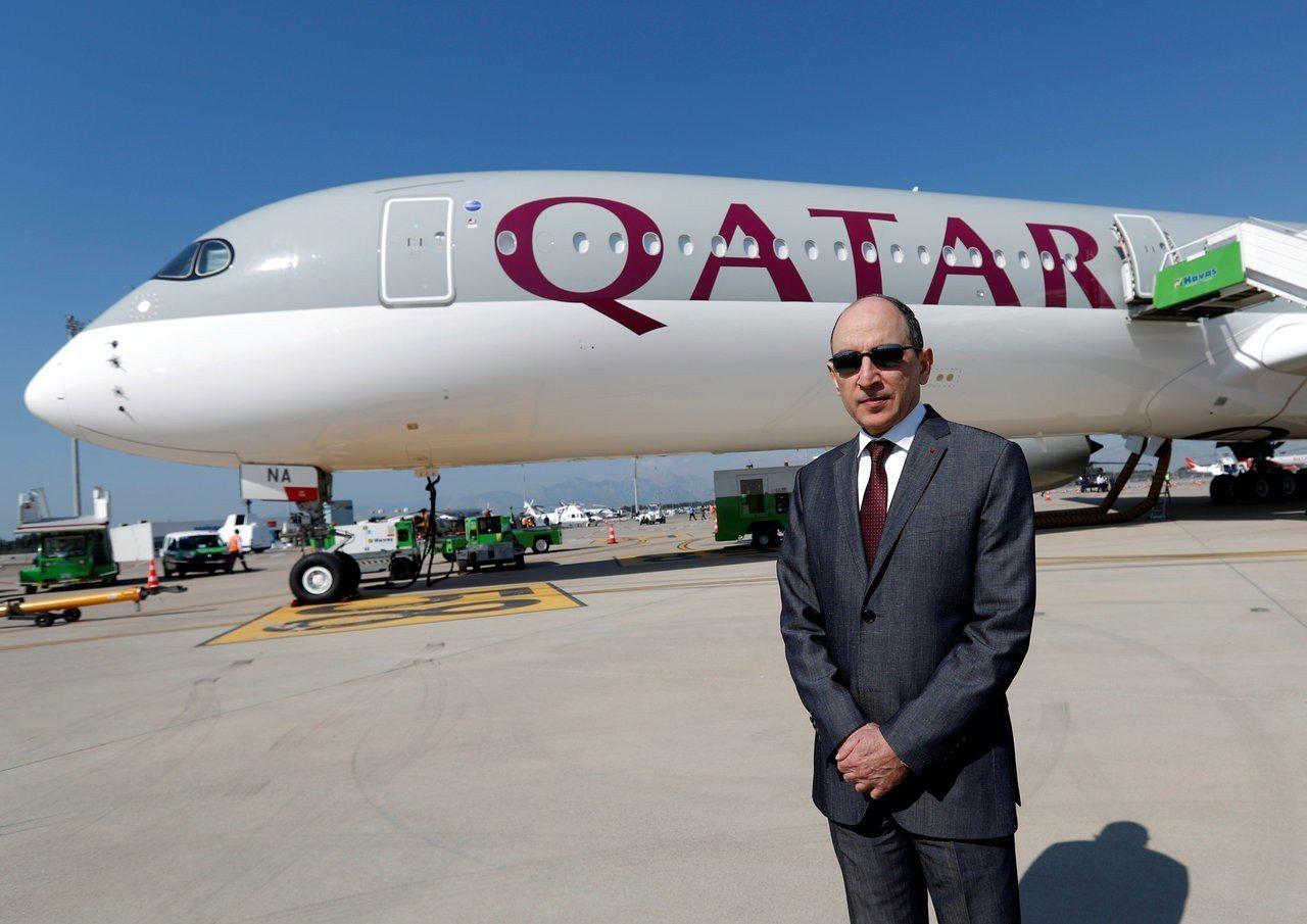 卡達航空第五度奪下最佳航空公司之冠,圖為卡達航空執行長貝克和該公司一架空巴A35...