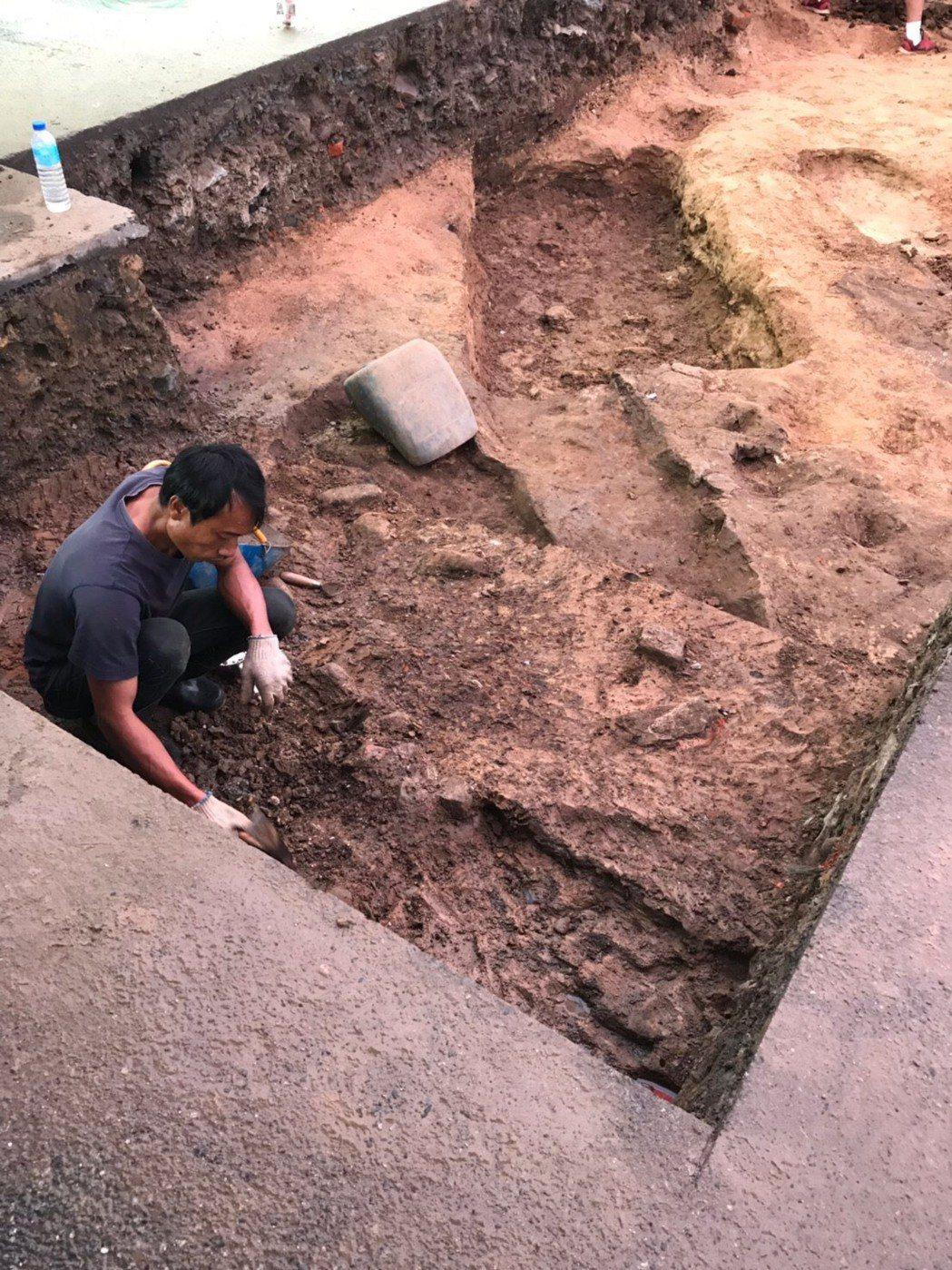 基隆市和平島聖薩爾瓦多城暨修道院考古團隊,日前在平一路停車場建築遺構周邊、往東北...