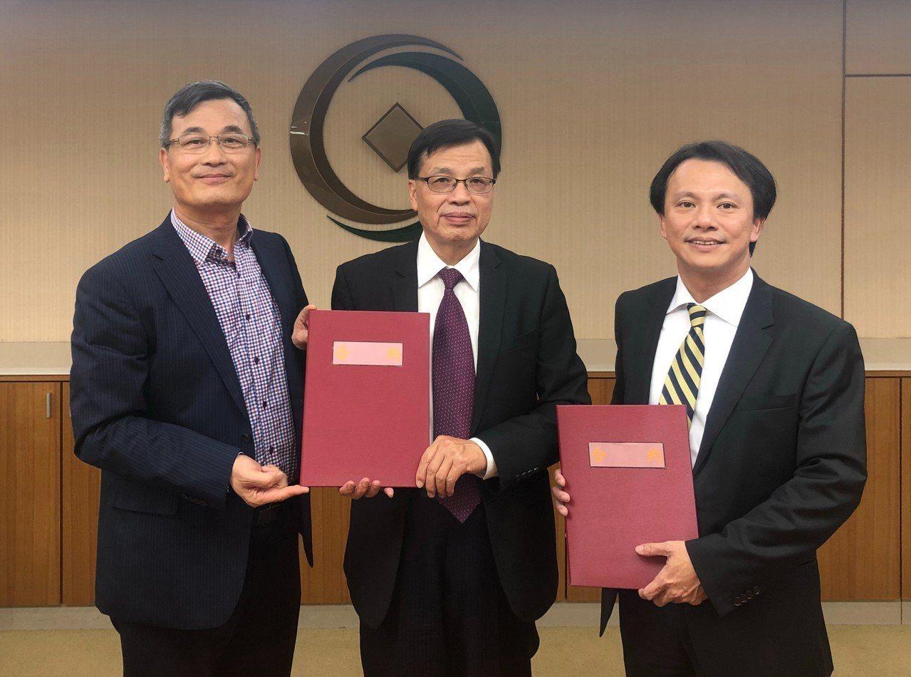 元大銀行統籌主辦亞沃國際開發聯貸案,亞沃國際開發董事長許俊吉(左)、第一管顧/創...