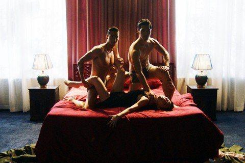 「灼人秘密」女主角吳可熙3P床戲任由兩個肌肉猛男擺佈,一鏡到底5個情慾噴張的性愛動作,她發揮舞蹈底子節拍到位。鄭人碩則被交代只要放鬆演「花瓶」,反嗆吳可熙「沒進入狀況」,讓她怒喊「我都有進入狀況好嗎...