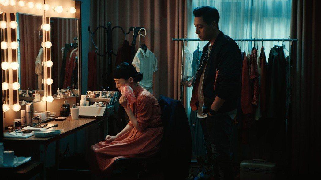 鄭人碩(右)放鬆演「花瓶」,嗆吳可熙「沒進入狀況」。圖/岸上影像提供