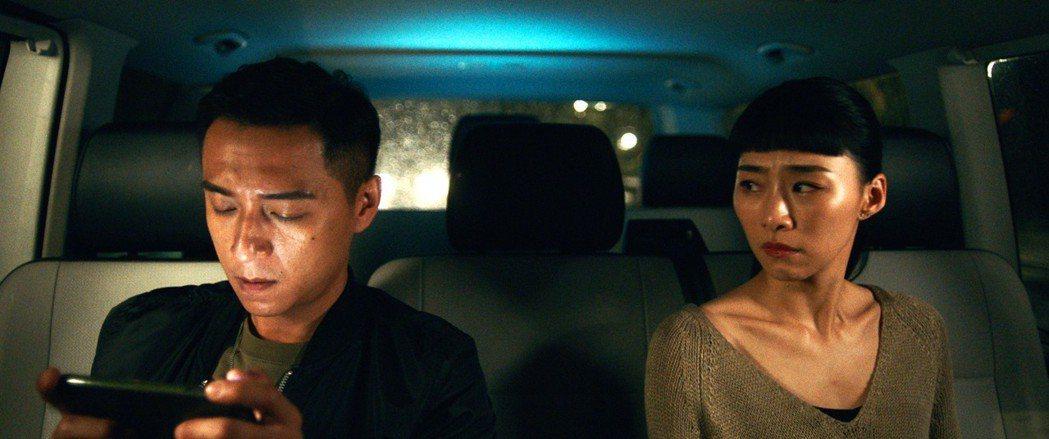 鄭人碩(左)放鬆演「花瓶」,嗆吳可熙「沒進入狀況」。圖/岸上影像提供