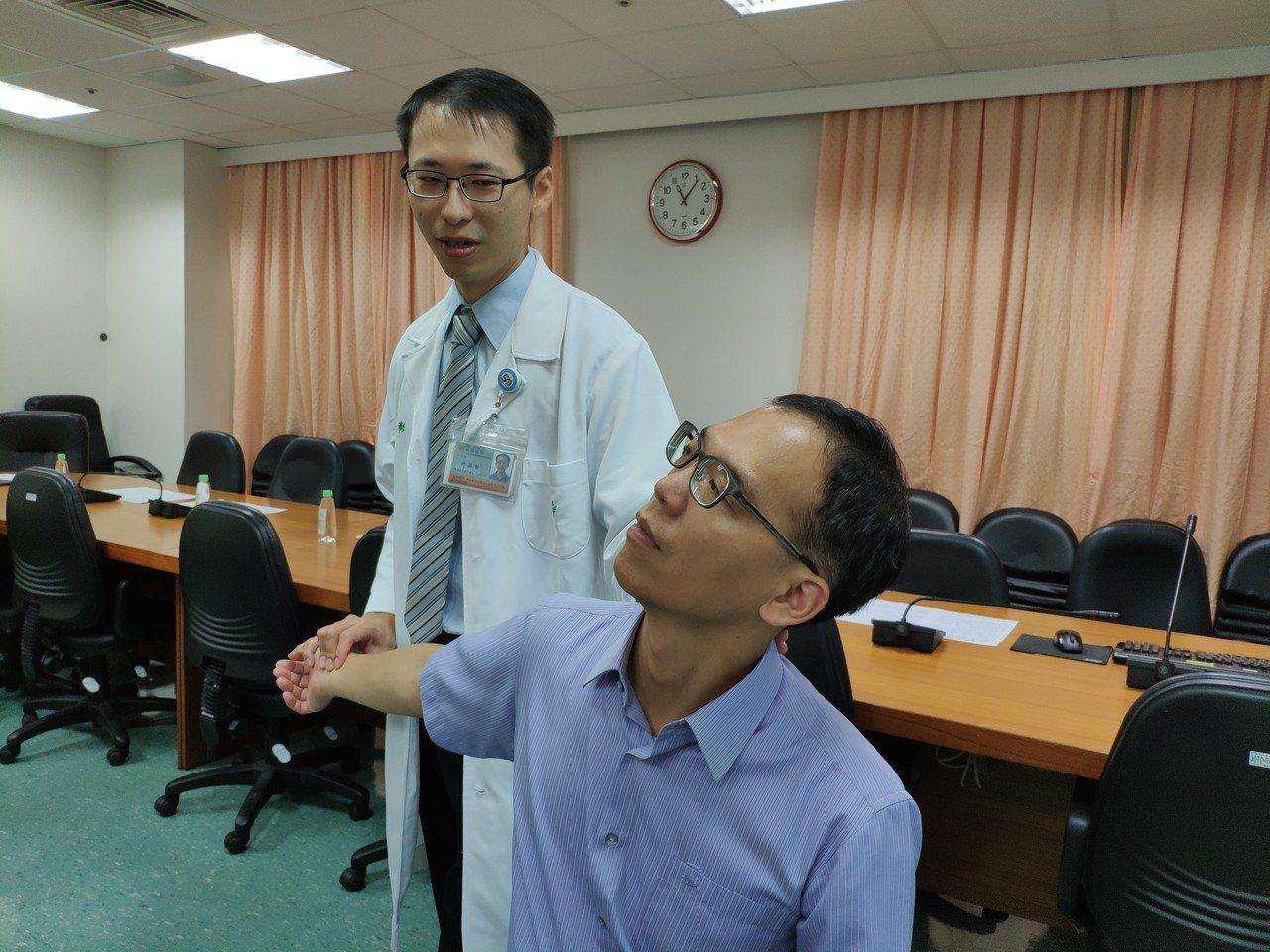 手麻困擾,柳營奇美中醫師許益彰(左)示範講解如何預防復發。記者謝進盛/攝影