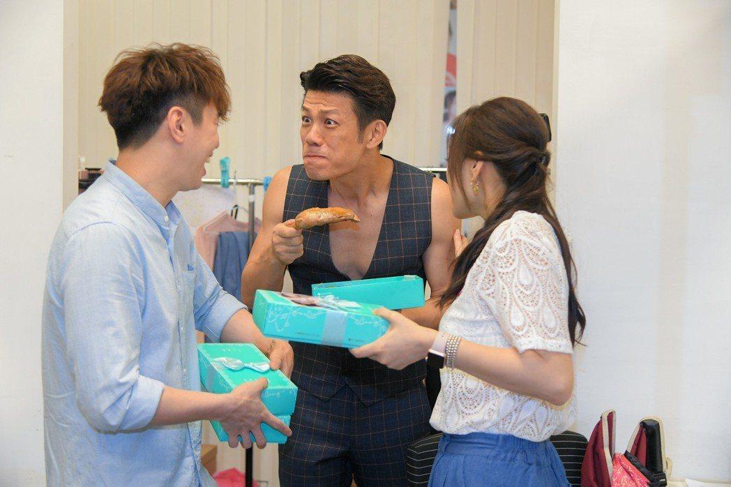 吳東諺(左)送兒子滿月禮到「炮仔聲」劇組。圖/三立提供