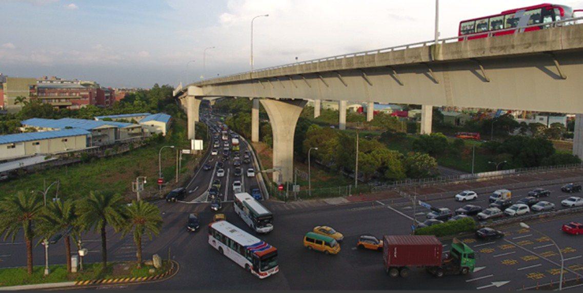 林口交流道A南下匝道的車流,約有五成是要左轉往桃園龜山文化一路,但跨越橋道路車容...