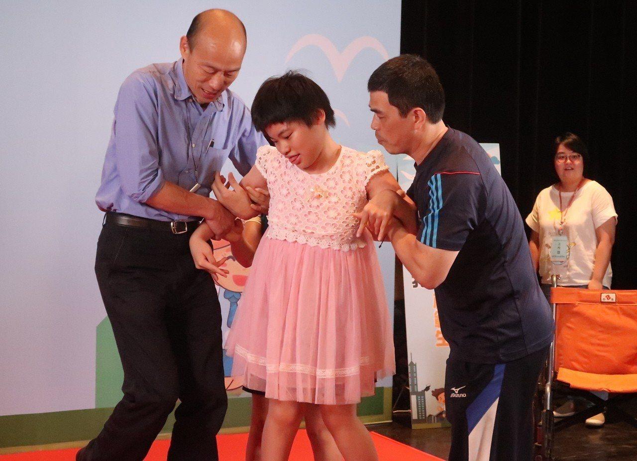 高雄市長韓國瑜貼心扶著得獎的身心障礙學生一起上台,合影留念。記者徐如宜/攝影