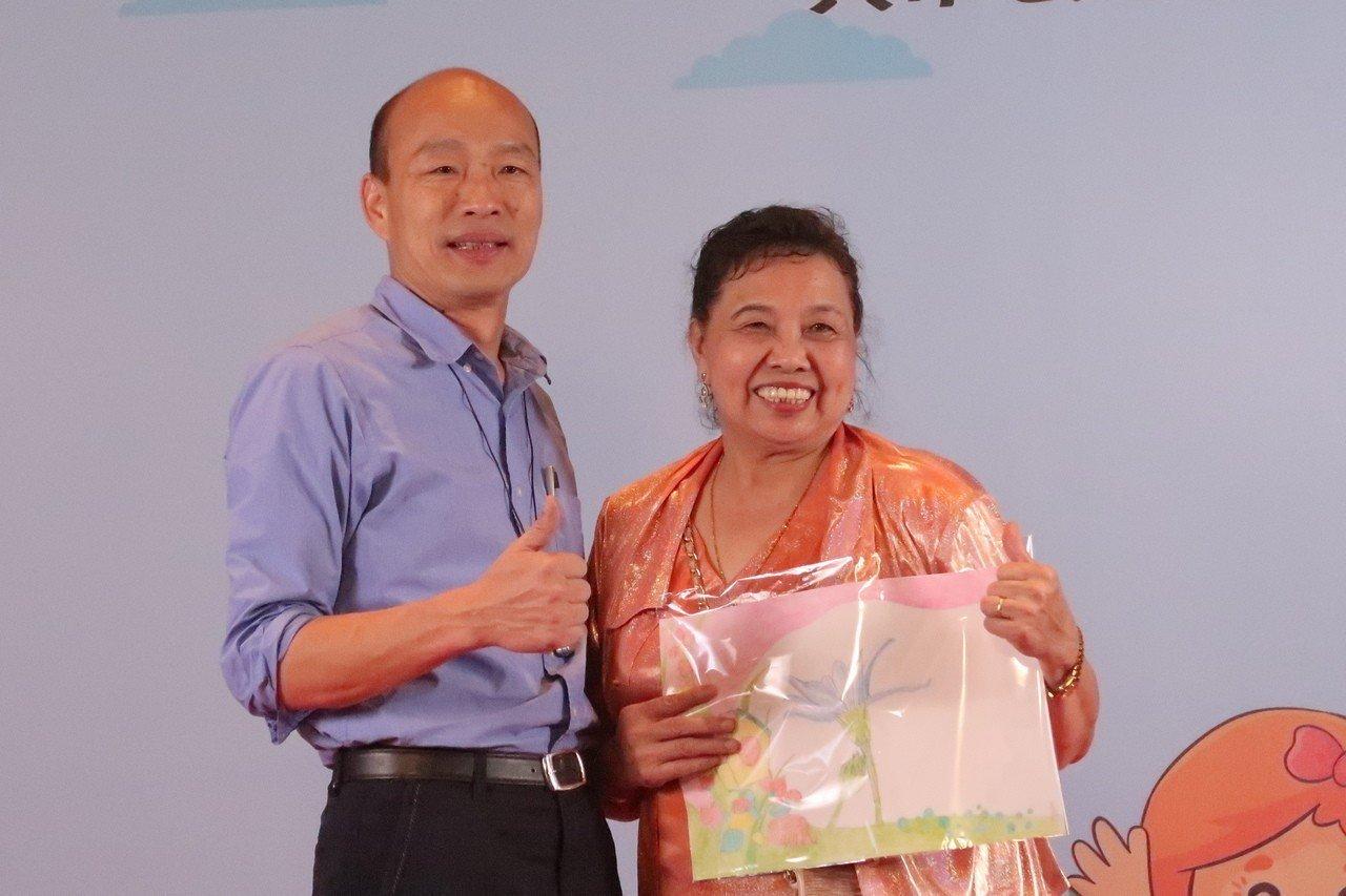 龔黃鳳梅(右)從完全不會畫畫,現在已經可以用毛筆畫出漂亮的國畫,她送給韓國瑜市長...