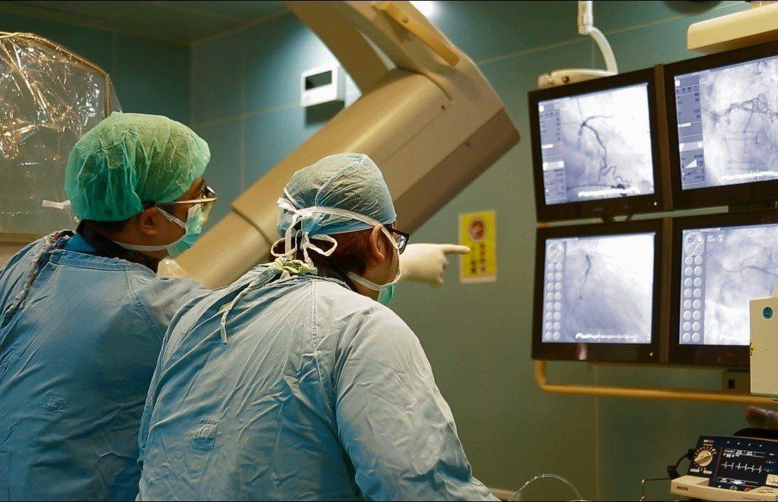 吳姓男子恢復生命跡象後,醫院緊急進行心導管手術,成功將他從鬼門關搶救回來。圖/大...
