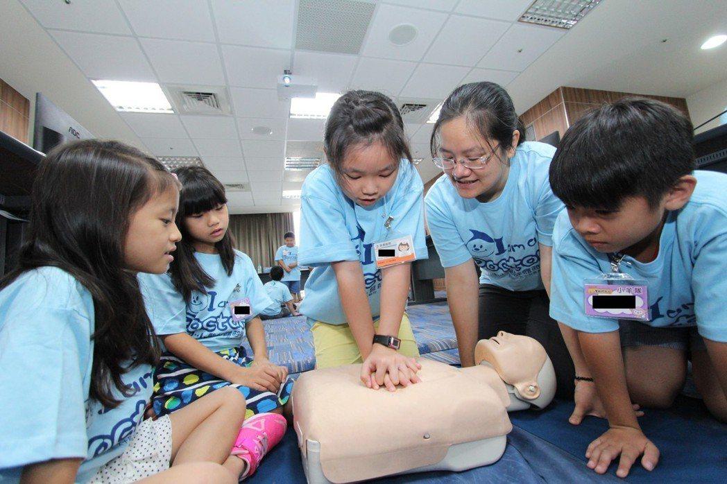 林智偉醫師強調發生心肌梗塞當下,緊急心肺復甦術是搶救生命的重要關鍵,圖為小朋友體...