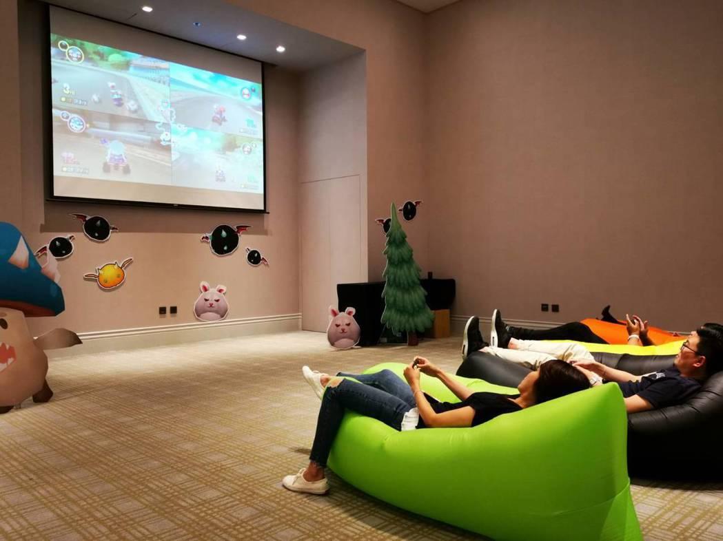 《超大螢幕躺著玩Switch電玩》讓大小朋友舒適地躺在空氣沙發上,不用站著玩,不...