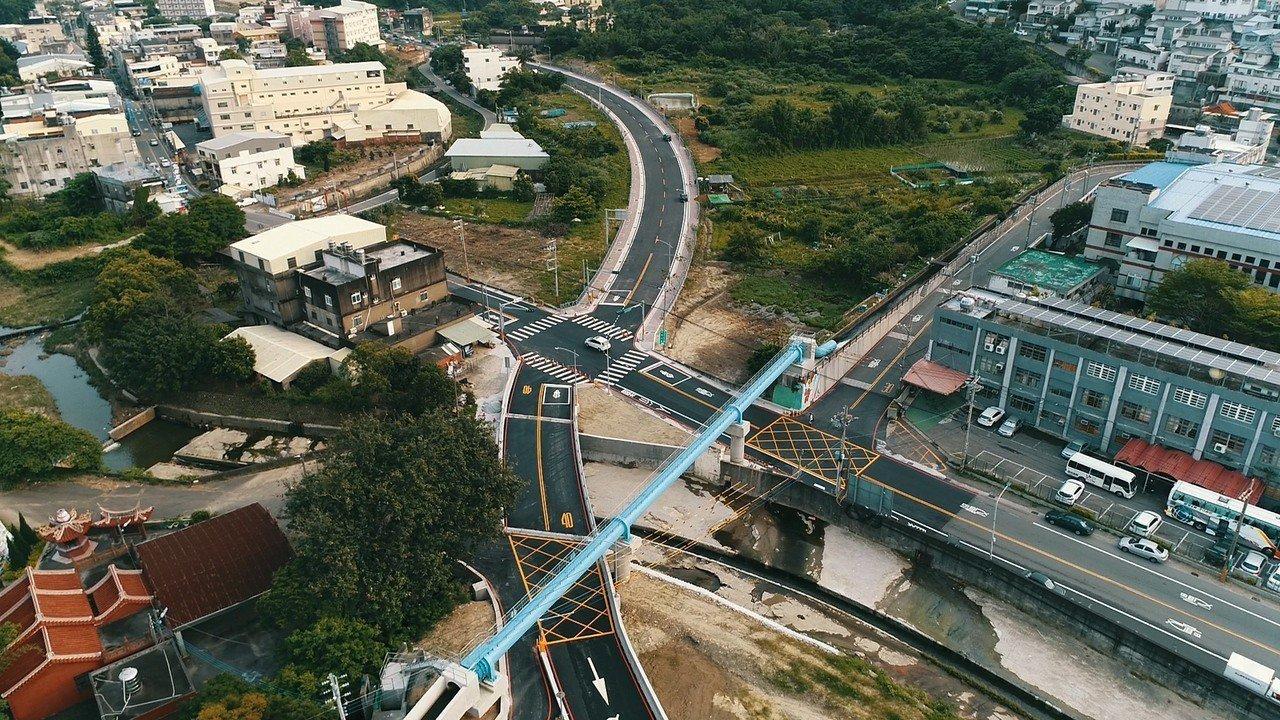 斥資5.3億元新闢的新竹市香山區三姓橋路今天通車,全長約1820公尺,串連中華路...