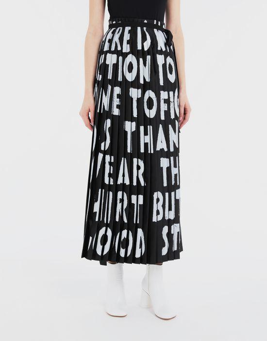 MM6經典Slogan百褶長裙,售價23,800元。圖/MM6提供
