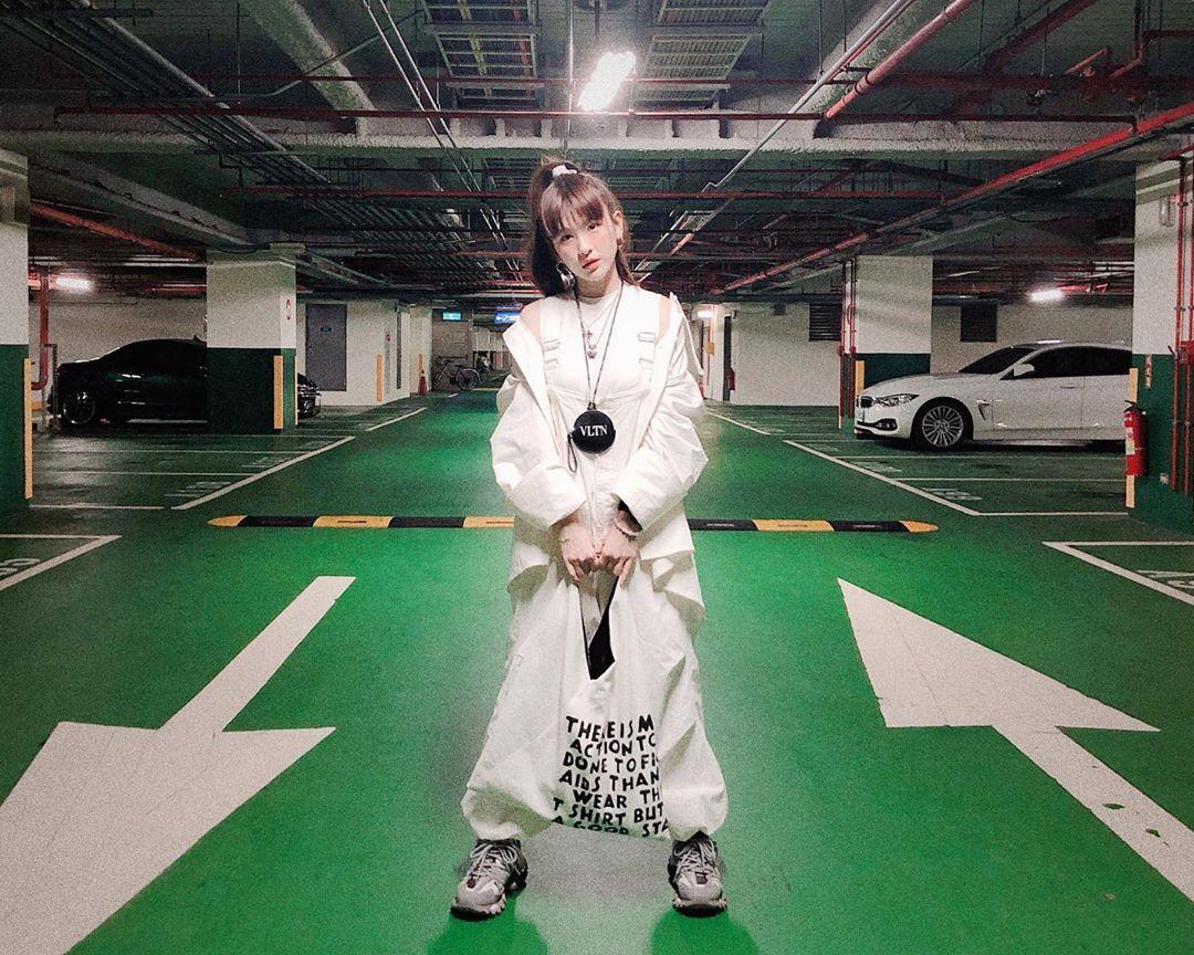 魏如昀的停車場時尚搭襯MM6帆布包款與VALENTINO皮革小零錢包。圖/MM6...