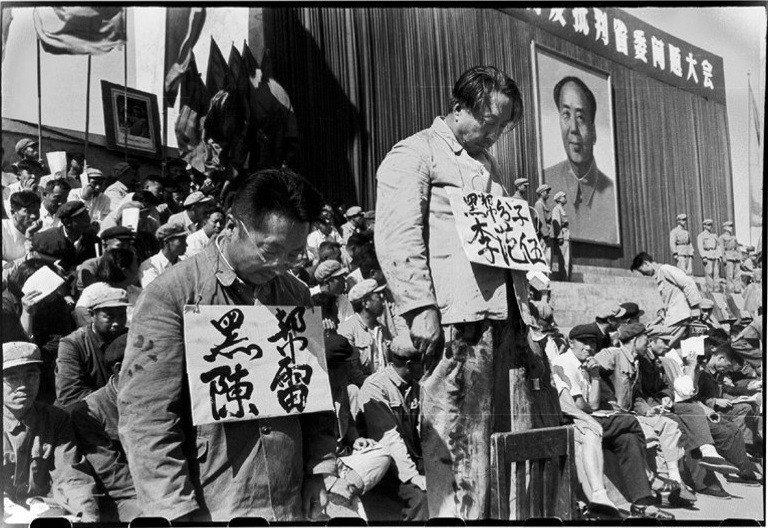 李振盛當年拍攝的批鬥場景。 圖/李振盛攝,龍應台文化基金會提供