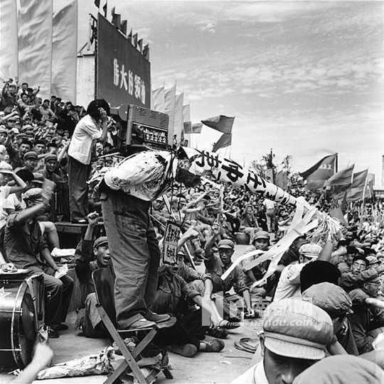 中共創黨元老任仲夷文革時也難逃被批鬥的命運。熬過風暴的任仲夷後來成了中共改革派重...