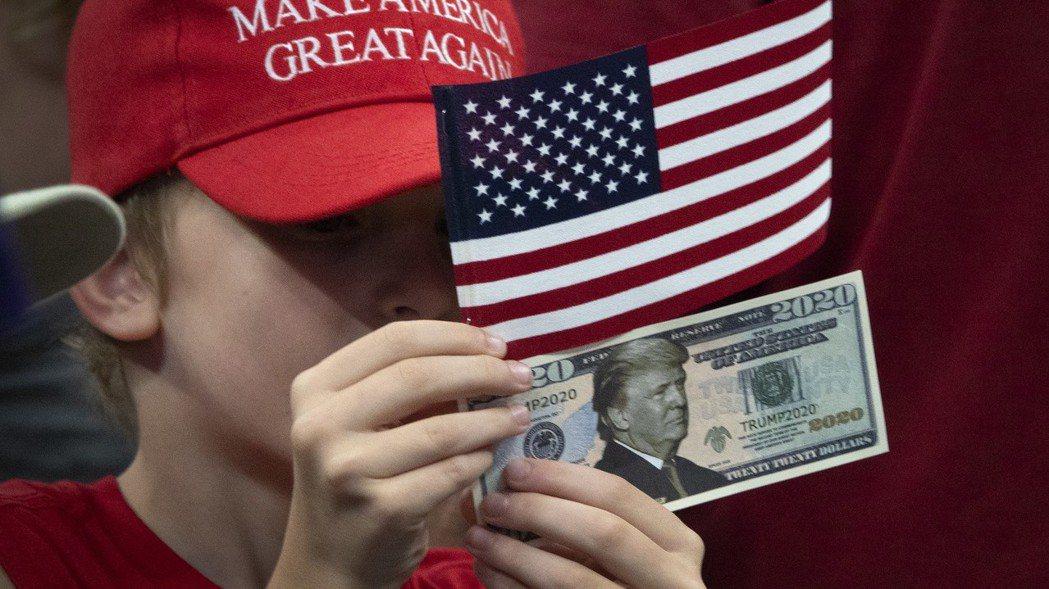 美國總統川普挑起的全球貿易戰正打得火熱,現在又有跡象顯示他可能再發動貨幣戰。  ...