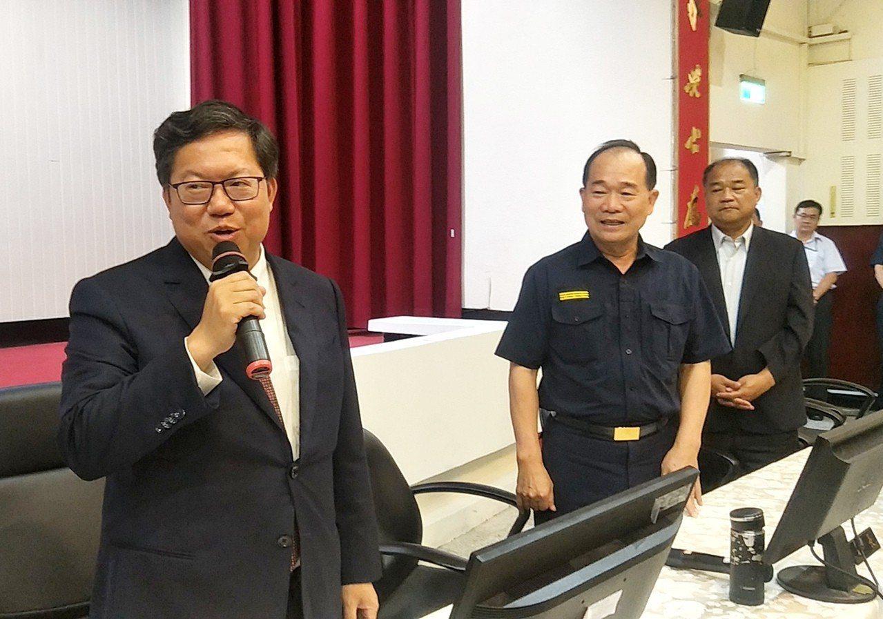 桃園市長鄭文燦(左一)報告人質事件的「小隊長王強生、洪俊德確定陞二線一」,市警局...