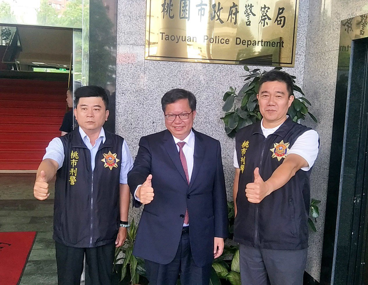 桃園市長鄭文燦(中)肯定市警局小隊長王強生(右)、洪俊德(左)兩人英勇表現,恭喜...