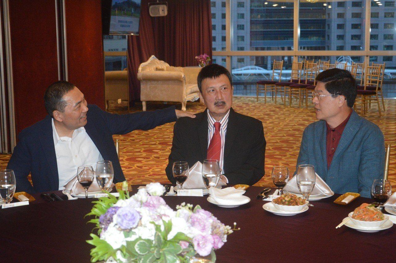 新北市長侯友宜(左)和先抵達的立委余天(中)、羅明才(右)聊天。記者施鴻基/攝影