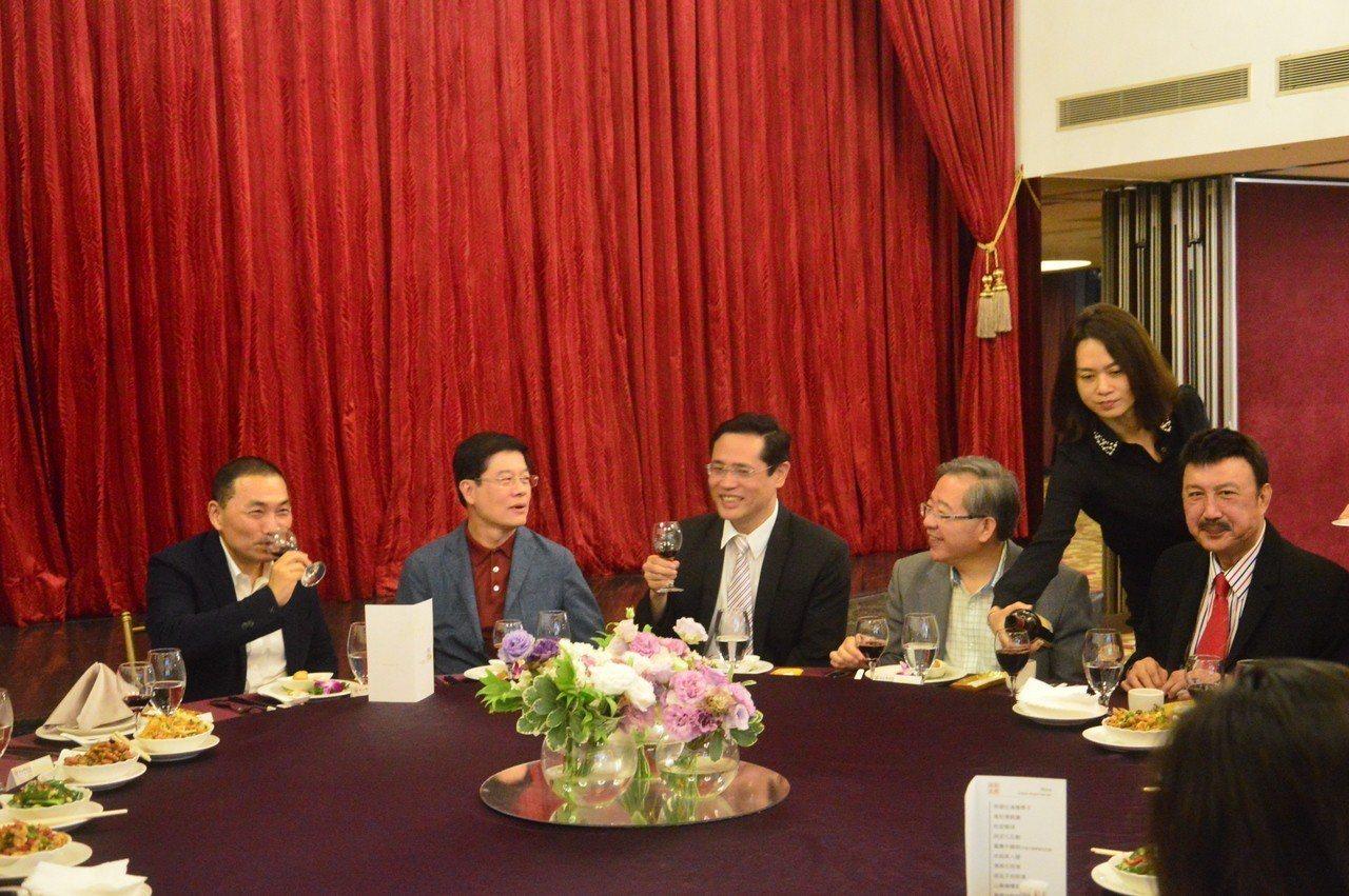 新北市長侯友宜(左一)向立委們敬酒致意。記者施鴻基/攝影