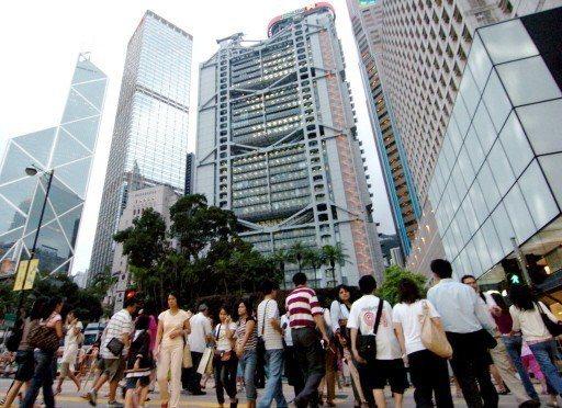 香港政府為提升公務員士氣,將為公務員加薪4.75%~5.26%,並追溯至今年4月...