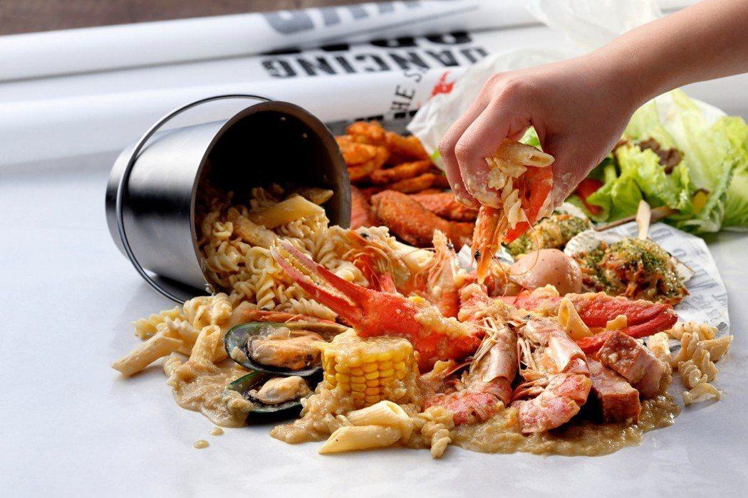 手抓海鮮餐廳「蟹舞」推出畢業派對餐,每人800元起。圖/欣葉提供