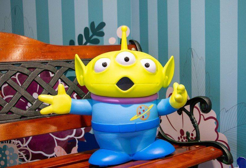 Pixar正版授權15吋三眼怪USB LED造型燈,建議售價3,280元。圖/三創提供