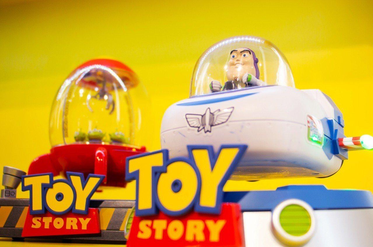 玩具總動員巴斯光年飛船磁浮版,建議售價4,990元。圖/三創提供