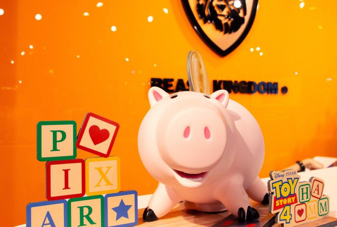 火腿豬大型搪膠存錢筒,預購價2,240元。圖/三創提供