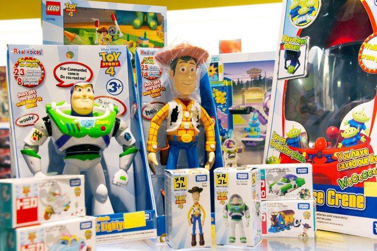 玩具總動員系列各式互動人偶。圖/三創提供