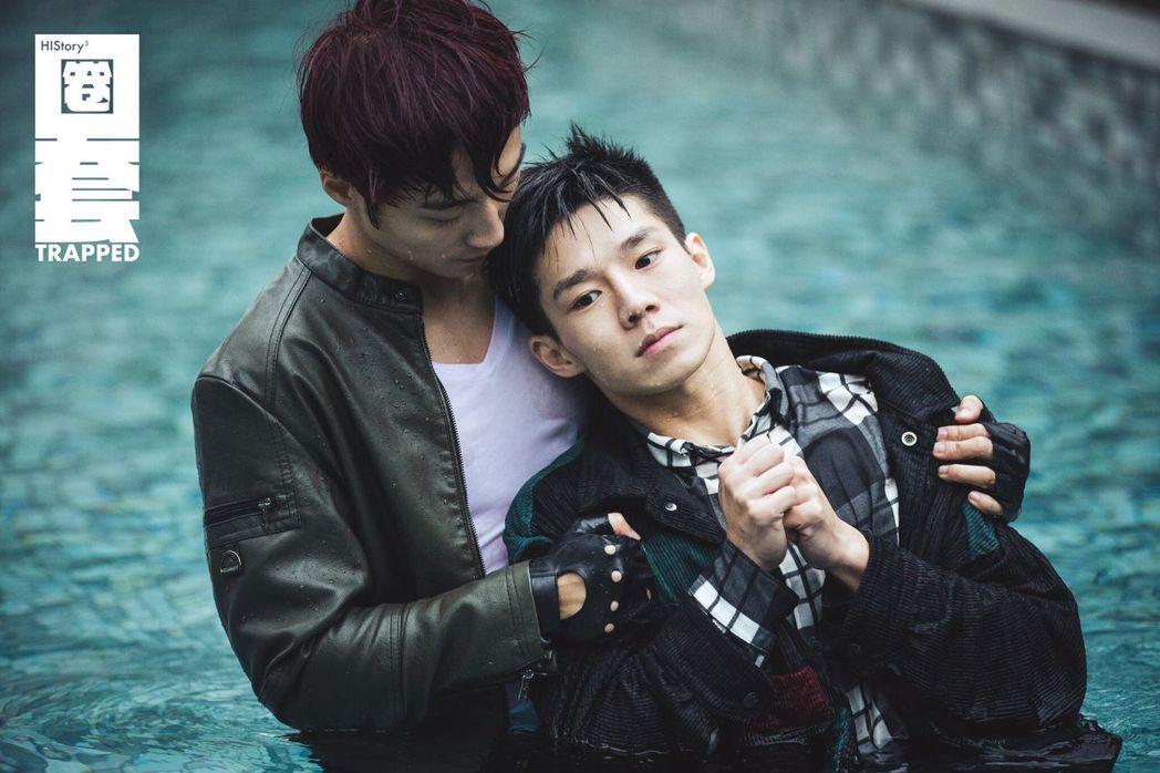 卞慶華(左)形容陳廷軒在水中像一條魚。圖/LINE TV提供