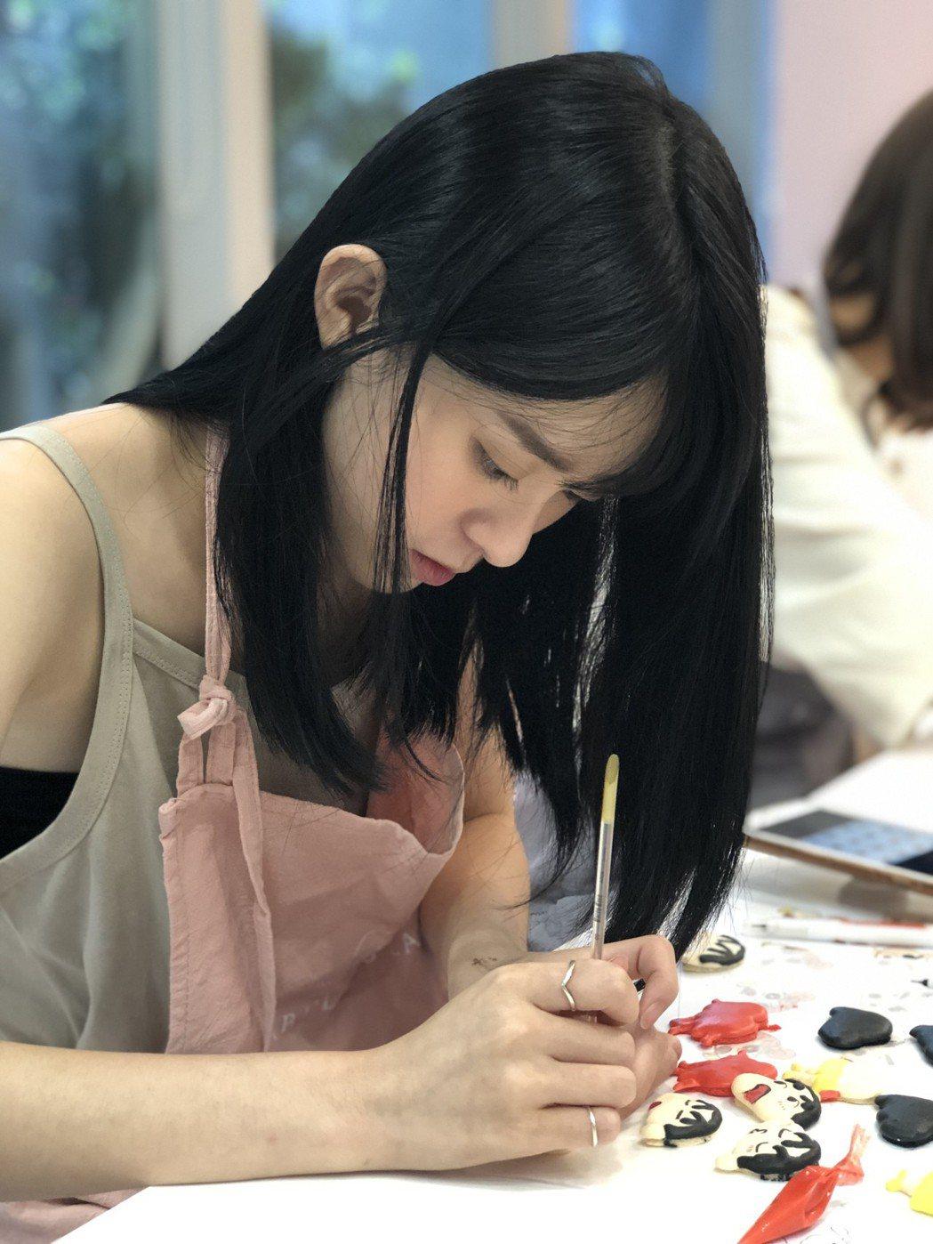 邱偲琹製作「蠟筆小新」系列的馬卡龍。圖/周子娛樂提供